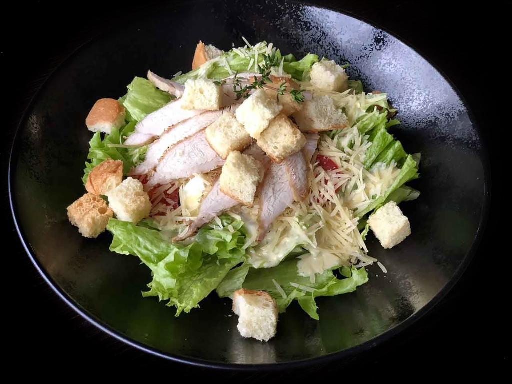 Салат цезарь с тунцом